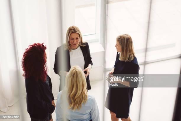 近代的なオフィスで一緒に働く女性 - 人脈作り ストックフォトと画像