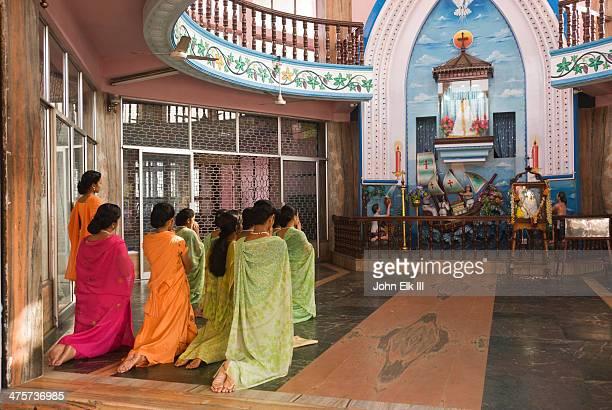 women worshipping - mulher orando de joelhos imagens e fotografias de stock