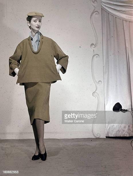 Women's Collections Spring 1951 By Fashion Designers Of Paris. A Paris, dans un studio, un mannequin présente pour BALENCIAGA, un ensemble jupe et blouse en velours de la ligne 'tonneau', avec un petit chapeau plat assorti.