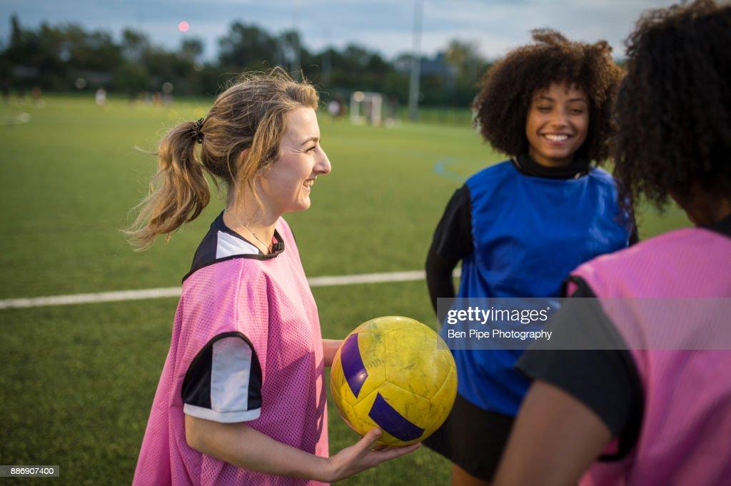 Womens football team practice, Hackney, East London, UK : Foto de stock