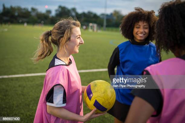 womens football team practice, hackney, east london, uk - girl power provérbio em inglês - fotografias e filmes do acervo