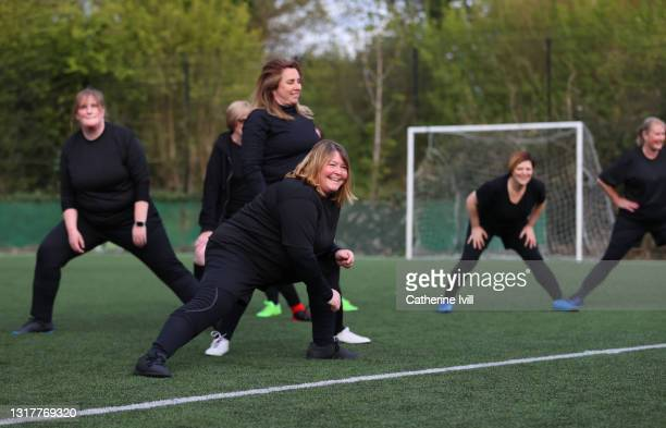 women's football team train for football game - showus stock pictures, royalty-free photos & images