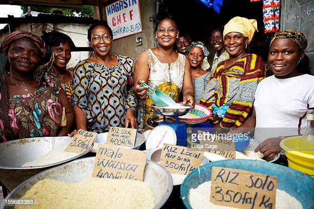 women's group selling rice in ivory coast - femme ivoirienne photos et images de collection