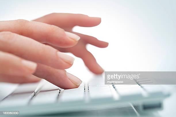 Frauen die Hände auf computer-Tastatur Weiß