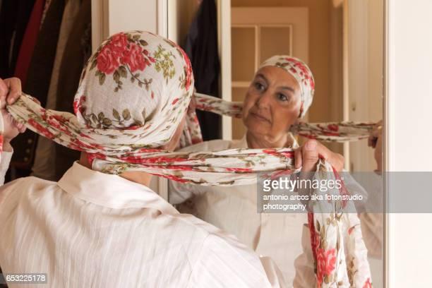 women's health - brief - foulard accessoire vestimentaire pour le cou photos et images de collection