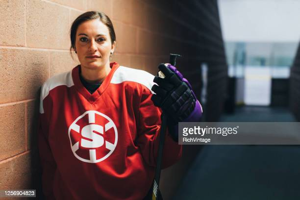女子アイスホッケーオフェンス選手の肖像画 - アイスホッケー選手 ストックフォトと画像