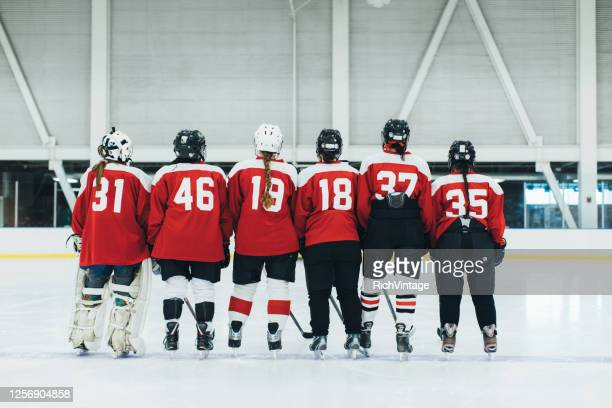 women's ice hockey team on ice - sports jersey stock pictures, royalty-free photos & images
