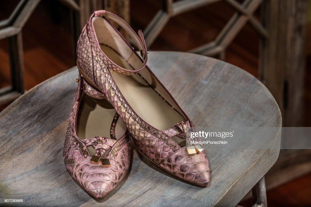 a94aada8bfe8a Damen Lederschuhe aus echten Python-Leder hergestellt. Weibliche high Heel  Schuhe liegen auf einem