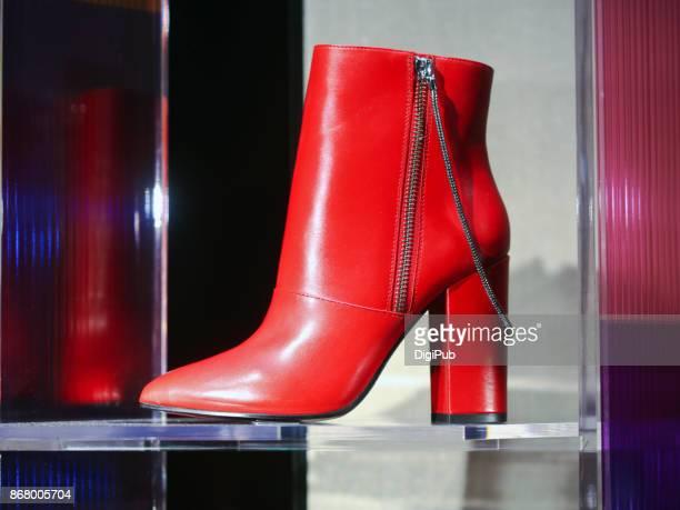 women's red leather ankle boots - bottines photos et images de collection