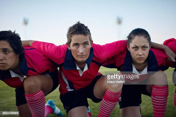 womens rugby team kneeling together - sport d'équipe photos et images de collection