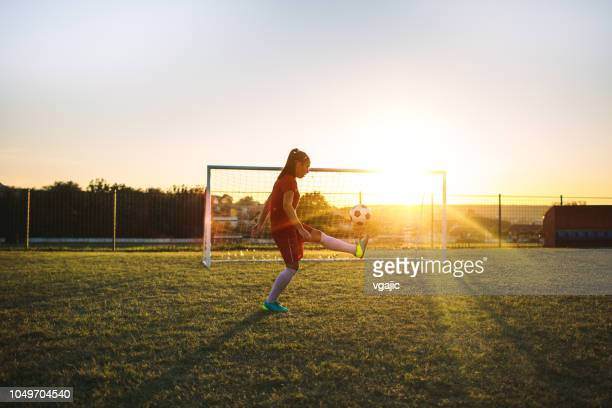 women's soccer player - voetbalveld stockfoto's en -beelden
