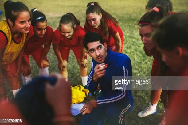 mujeres del equipo de fútbol - fútbol femenino fotografías e imágenes de stock