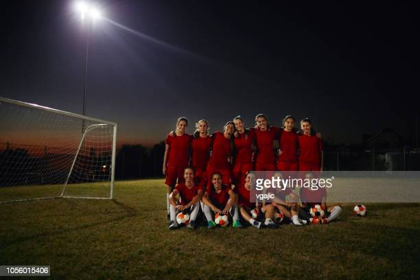 women's soccer team - football team stock pictures, royalty-free photos & images