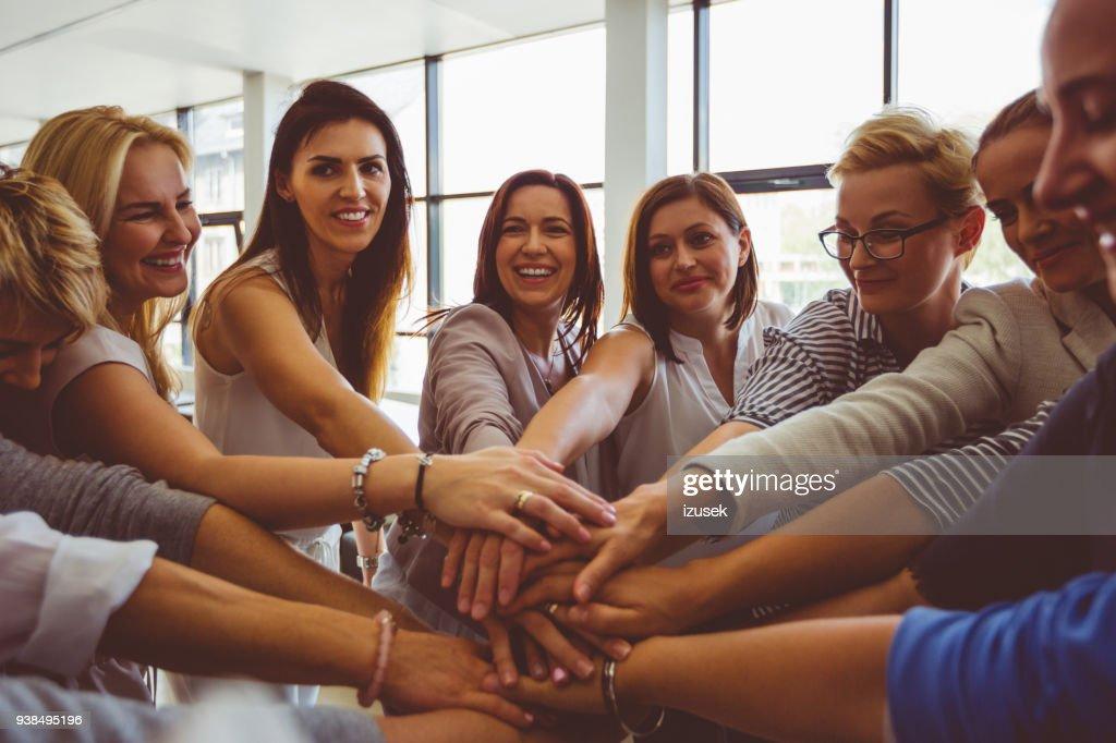 Equipe de mulheres. Grupo de mulheres felizes, unir as mãos : Foto de stock