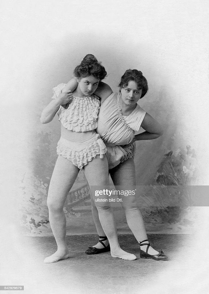 Women's wrestling Wrestling match between Gisela Steilingen and Rosa Kotowski for the European championships; they're demonstrating the 'head grip' - 1901 - Vintage property of ullstein bild