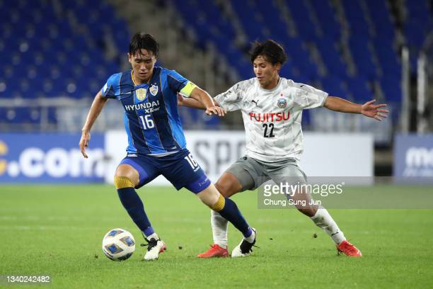 Won Du-Jae of Ulsan Hyundai competes for the ball with Kento Tachibanada of Kawasaki Frontale during the AFC Champions League round of 16 match...