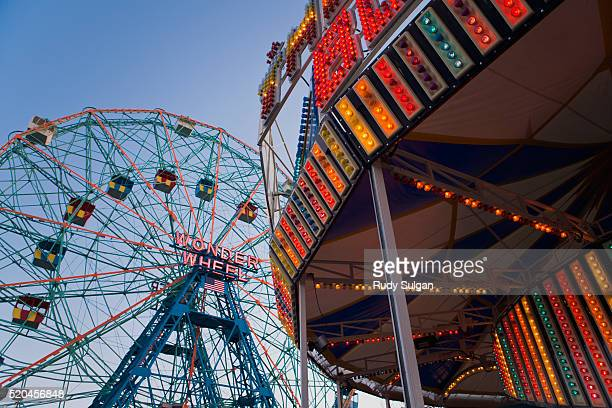 wonder wheel and carousel at coney island - ブルックリン コニー・アイランド ストックフォトと画像
