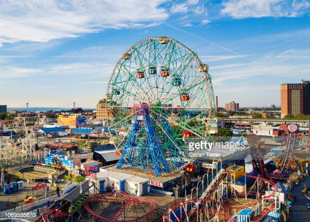 wonder wheel at coney island amusement park aerial view - coney island stock pictures, royalty-free photos & images