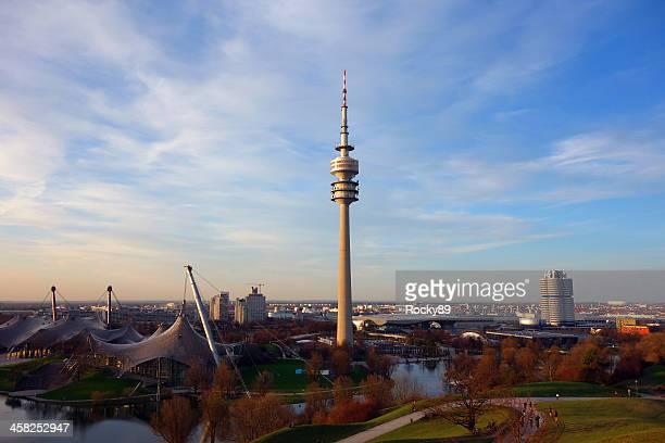 Maravilloso estadio olímpico de Munich en el crepúsculo
