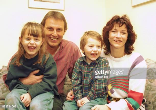 Wontorra Jörg mit Familie Der Sportjournalist Jörg Wontorra mit seiner zweiten Ehefrau Ariane und den gemeinsamen Kindern Laura und Marcel...