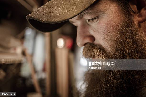 wood artist in workshop, close-up - heshphoto stock-fotos und bilder