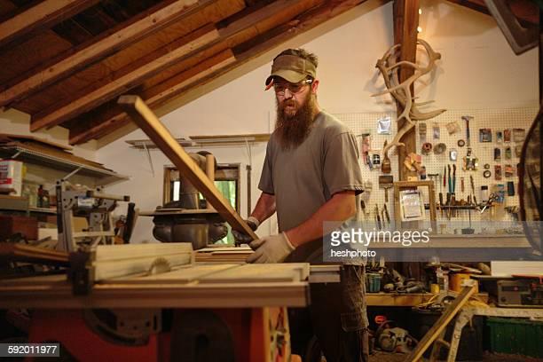 wood artist in workshop - heshphoto stock-fotos und bilder