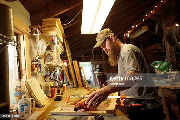 wood artist working in workshop - heshphoto stock-fotos und bilder