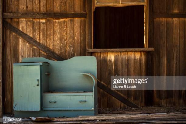 wood building - lianne loach - fotografias e filmes do acervo