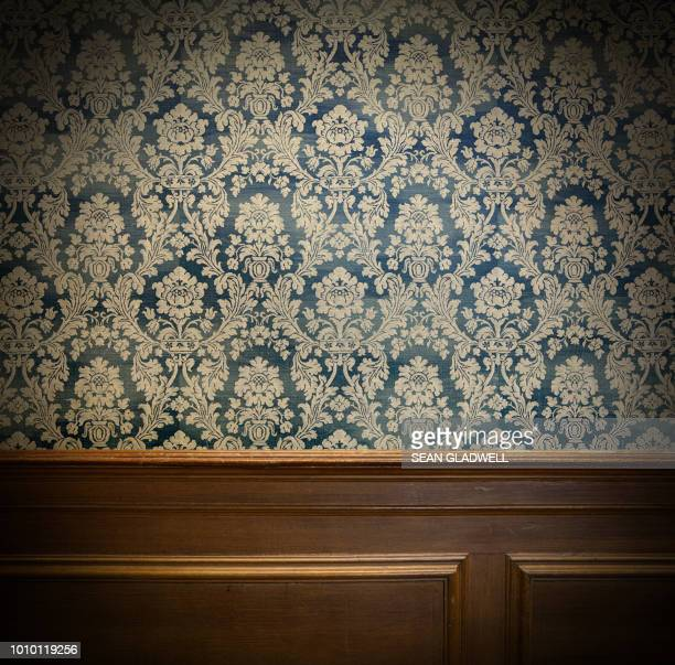 wood panel and vintage wallpaper design - muur stockfoto's en -beelden