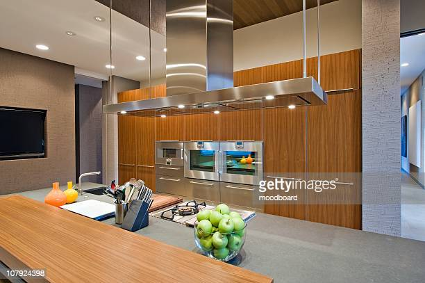 wood panelled spotlit kitchen in california home - afzuigapparaat stockfoto's en -beelden