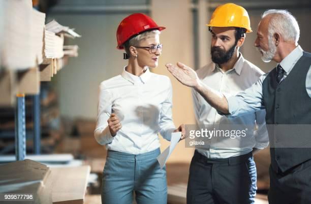 Trabajadores de instalaciones de producción de madera.