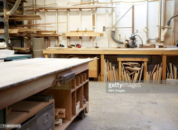 wood, workbenches and tools in workshop - werkstatt stock-fotos und bilder