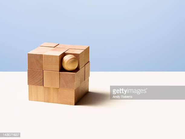 wooden ball in cube - ふぞろい ストックフォトと画像