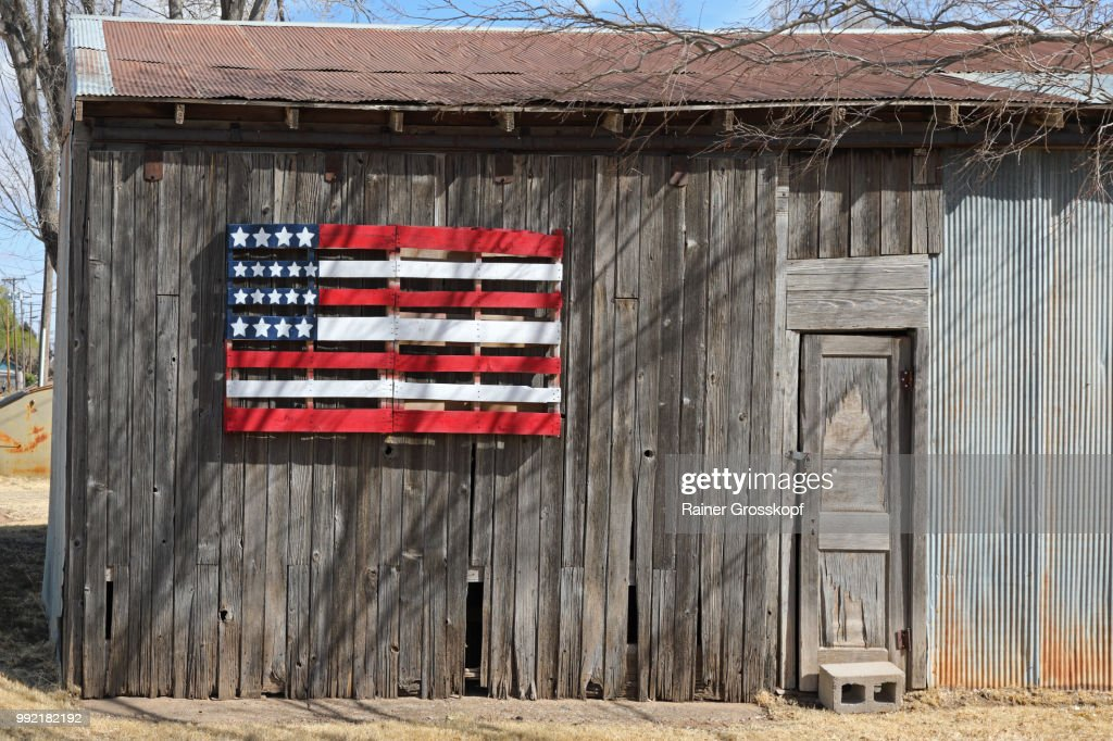 Wooden barn with wooden American flag : Stock-Foto