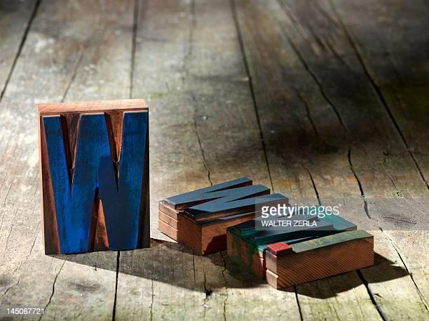 de madeira blocos ortografia www. - letra w - fotografias e filmes do acervo