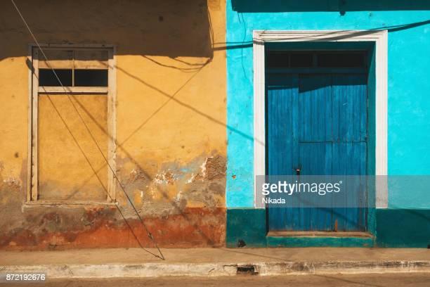 houten blauwe deur in trinidad, cuba - sancti spiritus provincie stockfoto's en -beelden