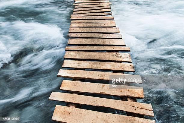 wooden boardwalk across water - betrouwbaar stockfoto's en -beelden