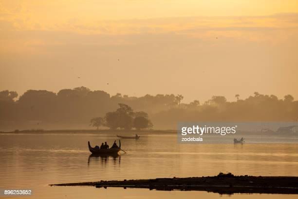 マンダレー, ミャンマー U bein 橋で木製ボート