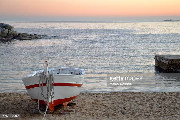 wooden boat on the beach at sunset - provincia de gerona fotografías e imágenes de stock
