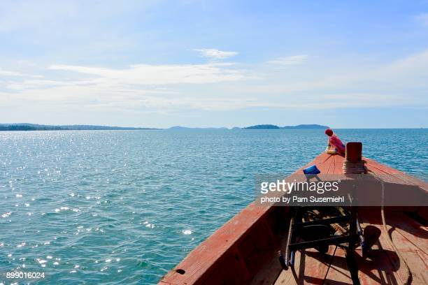 wooden boat prow on gulf of thailand, cambodia - golf von thailand stock-fotos und bilder