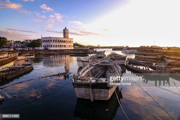 wooden boats in the old harbour of moroni, grande comore, comoros - comores photos et images de collection