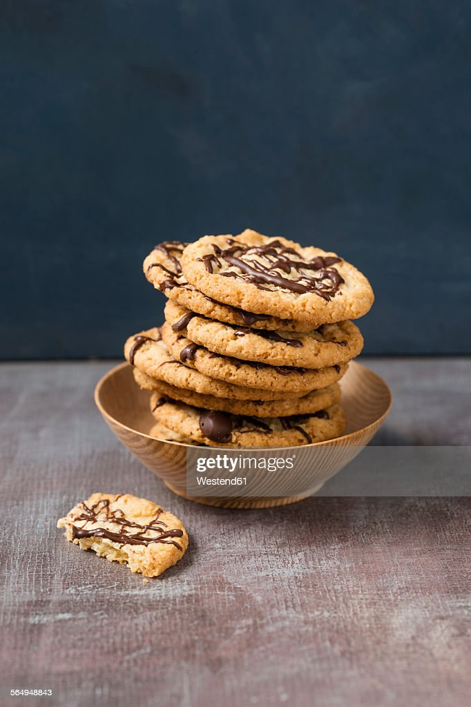 Wooden bowl with stack of flapjacks : Stock Photo