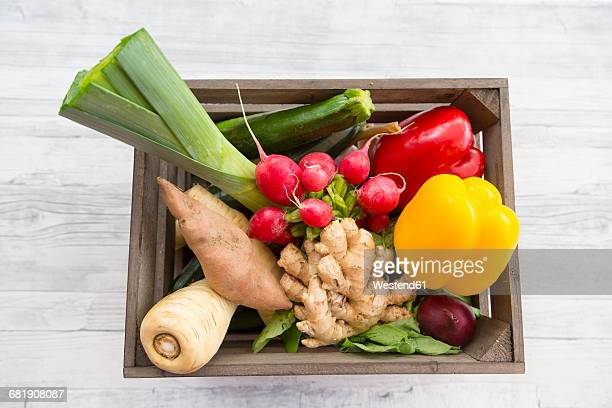 wooden box with divers vegetables - holzkiste stock-fotos und bilder