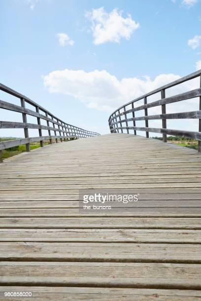 wooden bridge for pedestrians over a river against sky - tavira imagens e fotografias de stock