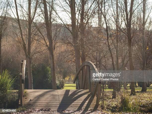 wooden bridge over stream in an ornamental garden - leon boden stock-fotos und bilder