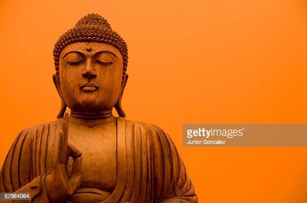 wooden carving of buddha - buda fotografías e imágenes de stock