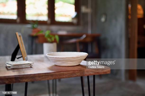 wooden coffee table with stylish ceramic bowl - tavolino foto e immagini stock