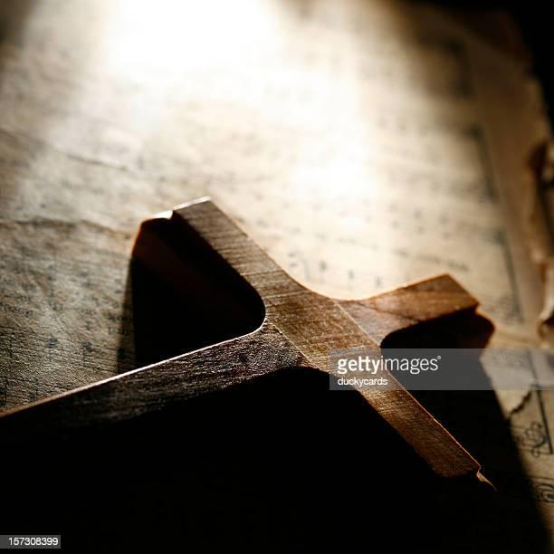 Wooden Cross und Gesangsbuch