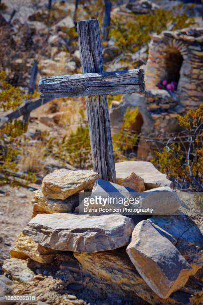 wooden cross and rocks on grave sites in terlingua cemetery, terlingua, texas, usa - 1918 flu pandemic stock pictures, royalty-free photos & images