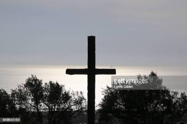 a wooden cross on top of hill stands tall after the ventura fires - catolicismo fotografías e imágenes de stock